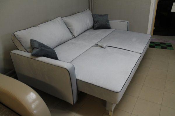 Светло-серый прямой диван Парма