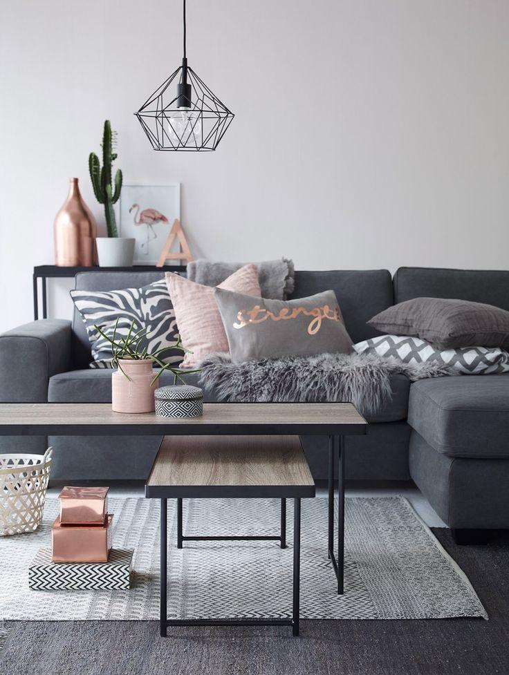 Тёмный угловой диван в стильной гостиной