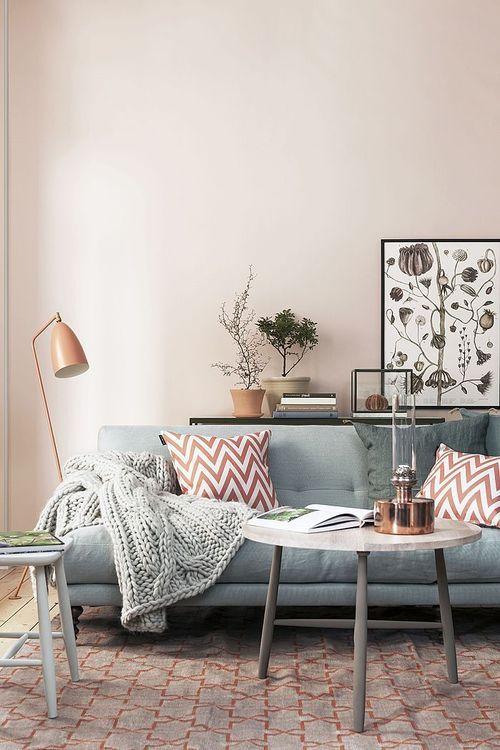 Мягкий прямой диван с подушками