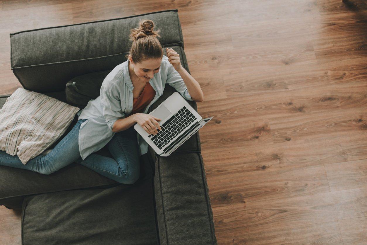 Девушка с компьютером на диване