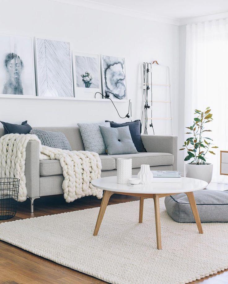 Светлый прямой диван в гостиной